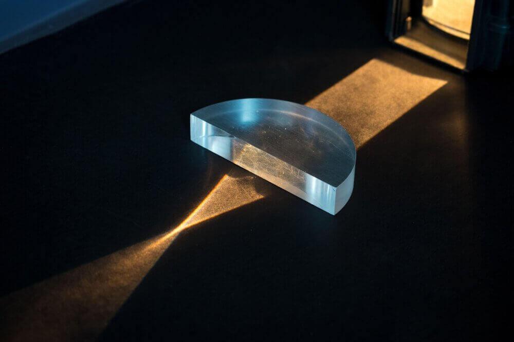 physics of how light pass through glass